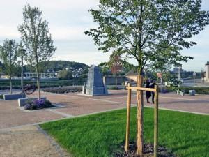 La Place Sourdille, ex RD. Le nouveau Monument aux Morts en lieu et place de la route départementale.